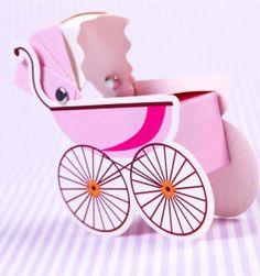 Você já cuidou de tantos detalhes para a chegada do seu bebê, mas por esse ninguém esperava. Nossas caixinhas para lembrancinhas em formato de carrinho de bebê rosa são perfeitas para seu chá de fraldas, chá de bebê ou para a maternidade. Você mesmo pode fazer suas lembrancinhas recheando os carrinhos com amêndoas confeitadas, M&M's ou balinhas.