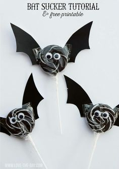 Looking for the perfect Halloween craft? We've put together a collection of 15 Bat Craft Ideas that are perfect for celebrating Halloween! Halloween Snacks, Dulceros Halloween, Halloween Projects, Holidays Halloween, Halloween Decorations, Festa Hotel Transylvania, Bat Template, Imprimibles Halloween, Bat Craft