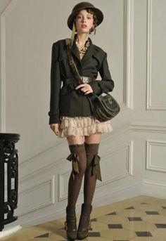 Jupe à volant et bas à nœud, très baby doll la femme de chez Dior