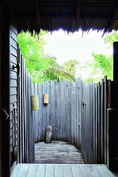 Hôtel Six Senses Yao Noi, le luxe tout en discrétion Hotel Restaurant, Outdoor Showers, Getting Wet, Lodges, Outdoor Living, Restaurants, Outdoors, Bathroom, Creative
