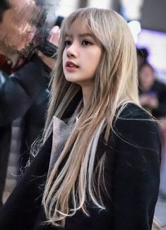 "라리사에 돌은 립술🤙4000:1 on Twitter: ""아 얼굴 한번 진짜 잘났다...… "" Jennie Blackpink, Blackpink Lisa, Kpop Girl Groups, Kpop Girls, Lisa Blackpink Wallpaper, Rapper, Aesthetic Photo, K Pop, Girl Crushes"