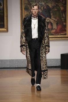 Dolce & Gabbana Alta Sartoria celebrates knowledge and wisdom with its pre-fall 2020 collection. Designers Domenico Dolce and Stefano Gabbana utilize their vast… Stylish Mens Fashion, Luxury Fashion, Daily Fashion, Boy Fashion, Domenico Dolce & Stefano Gabbana, Dandy Style, Russian Men, Rococo Fashion, Dolce And Gabbana Man