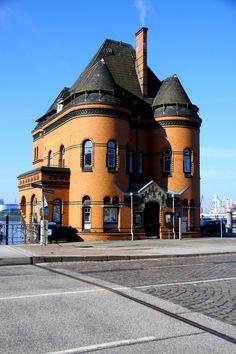 Das Gebäude auf dem Bild ist wohl vielen bekannt. Doch Notruf Hafenkante ist nur eine Filmproduktion aus Hamburg. Lest in unserem Artikel, welche Serien und Filme noch in der Hansestadt gedreht wurden! #Hamburg #Drehorte #Film #Fernsehen #Serien