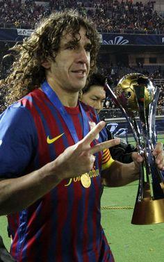 Carles Puyol con el trofeo de Mundial del Clubs tras ganar al Santos en la final de Yokohama
