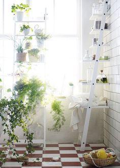 2 x HJÄLMAREN - IKEA in de babykamer met een tak er tussen waaraan babykleren hangen.