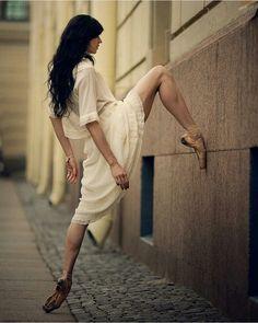 5 Life Hacks For Adult Ballet Dancers Basic Ballet Moves, Ballet Terms, Adult Ballet Class, Ballet Poses, Ballet Dancers, Street Ballet, Russian Ballet, Ballet Photography, Body Drawing