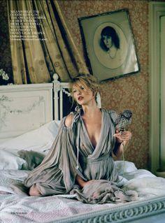 En attente de thé nouveau / Kate Moss par Tim Walker, Vogue UK