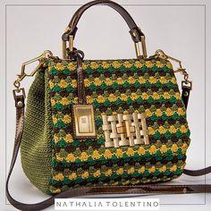 Para a produção do look desse sábado invista no mix de cores e texturas para arrasar. As nossas bolsas trazem combinações únicas de cores feitas no crochê. Aposta certeira! #handmade #luxury #nathaliatolentino #bags #greenery #fashion #moda
