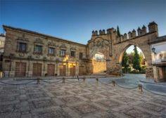 Fachada plateresca de la Casa del Pópulo, la puerta de Jaén y el arco de Villalar, en Baeza.- GETTY