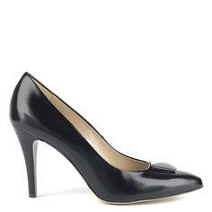 Gyönyörű magas sarkú Anis alkalmi cipő kb 9 cm magas sarokkal, elején elegáns fém díszítéssel. Klasszikus bőr cipő bőr béléssel. Első osztályú anyagból, kiváló minőségben készült cipő. Szín: Fekete Modellszám: 4335 BLK