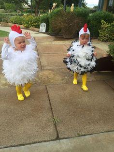 Twins Halloween chicken costumes 2015   - Kinderkarneval - #chicken #Costumes #Halloween #Kinderkarneval #Twins Cute Baby Halloween Costumes, Twin Halloween, Toddler Girl Halloween, Girl Toddler, Baby Chicken Costume, Chicken Costumes, Twin Costumes, Costumes 2015, Costumes Kids
