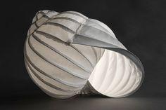 """""""la lumaca 3"""", 2016, handgeschöpftes Papier, Draht, LED-Beleuchtung, 40 x 30 x 30 cm, 780,- Euro"""