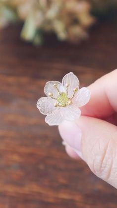 Plastic Flowers, Paper Flowers Diy, Flower Crafts, Beaded Flowers, Fabric Flowers, Wire Jewelry Designs, Handmade Wire Jewelry, Jewelry Crafts, Jewelry Ideas