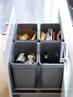 With our RATIONELL waste sorting system, you can separate your recyclables right away in your kitchen. Simply open your cabinets or drawers and toss in scraps as you work. The bins are easy to lift and carry, and lids lock in odors.