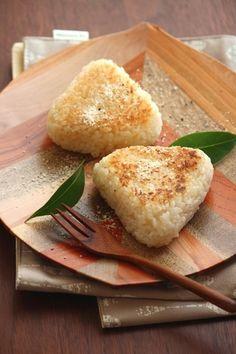お好みのチーズを中に入れ、香り高いトリュフソースを混ぜ込んだご飯で握ります。カリッとおこげが香ばしい焼きおにぎりにして、割れば中からチーズがとろ〜り。