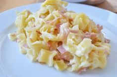 Schinkenfleckerl -Most pasta dishes are of Italian origin, but this recipe for noodles with ham is traditional both in Austria and Switzerland. Kitchen Recipes, Cooking Recipes, Bento And Co, Pasta Noodles, Noodle Recipes, Italian Recipes, German Recipes, Pasta Dishes, Pasta Salad