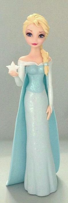 Elsa de Frozen - made from polymer clay or sugar paste? Bolo Frozen, Torte Frozen, Frozen Theme Cake, Disney Frozen Cake, Disney Cakes, Frozen Fondant, Decors Pate A Sucre, Elsa Cakes, Frozen Birthday Party