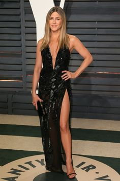 """Hollywood actress Jennifer Aniston credits her svelte physique to Intermittent Fasting. The 'Friends' star swears by the diet, saying that she """"noticed a. Jennifer Aniston Hair Color, Jennifer Aniston Photos, Jennifer Lopez, Jennifer Garner, Lauren London, Hayden Panettiere, Kelly Rowland, Christina Milian, Ashley Tisdale"""
