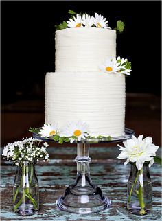 Simple wedding cake with daisies