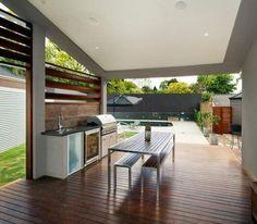 cuisine extérieure sur la terrasse en bois avec barbecue