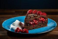 En snuskigt god vegansk chokladtårta med seg kladdkaksbotten, syrliga hallon och len och krämig chokladtryffel. Det bästa som har hänt dig sen du blev vegan