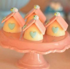 Trufas decoradas casinha de passarinho Cake Models, Chocolates, Bird Party, Cake Truffles, Bird Theme, Fondant Figures, Chocolate Treats, Alice, Mini Cakes
