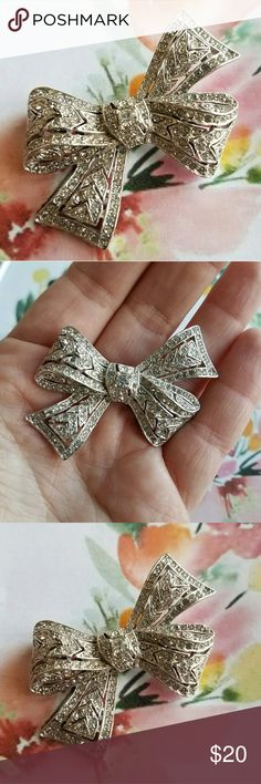 Vintage diamante bow brooch! Silver tone This gorgeous vintage bow brooch has lots of sparkly clear rhinestones set in silver tone metal. It is in very nice condition with minimal wear, and some of the stones are darker from age. So twinkly and beautiful! From a smoke free home :)   8825bow888 Vintage Jewelry Brooches