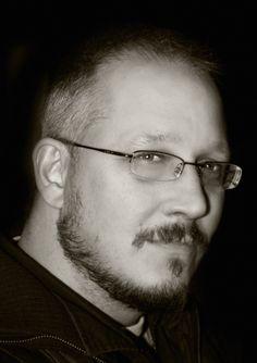Liam Roger Sharp, né le 2 mai 1968, est un auteur et un éditeur de comics britannique.