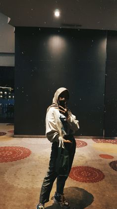 Mirror selfie for teenager. Hijab fashion outfit of the day 2019 Mirror selfie for teenager. Hijab fashion outfit of the day 2019 Casual Hijab Outfit, Hijab Chic, Modest Dresses, Modest Outfits, Modest Clothing, Womens Fashion Online, Latest Fashion For Women, Girls Foto, Outfit Des Tages