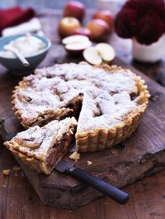 En lun æbletærte med sæsonens lækre æbler er et hit hos de fleste. Lav den for eksempel til eftermiddagskaffen, og servér lidt flødeskum til som prikken over i'et.