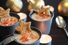 Recette Thermomix - soupe / potage Crème de chou-fleur à l'amande et au saumon fumé Source Site yummix.fr 1 chou fleur un cube de bouillon de légumes bio (ou, encore mieux, 600 g de bouillon de légumes maison !) 50 g de purée d'amandes (voir les explications ci-dessus) ou 50 g de poudre d'amande 4 tranches de saumon fumé bio 12 amandes entières ou une petite poignée d'amandes éffilées 4 tranches de pain au levain 20 g de beurre et/ou huile d'olive
