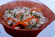 Receta de Fideos de arroz salteados en http://www.recetasbuenas.com/fideos-de-arroz-salteados/ Prepara de forma rápida y sencilla unos fideos de arroz salteados con verduras, pollo y salsa de soja, en una combinación muy sabrosa y sana.  #recetas #Pasta #fideos