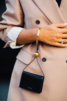 The best street style from Milan Fashion Week Spring/Summer 2020 - Page 6 La Fashion Week, Star Fashion, Look Fashion, Daily Fashion, Fashion Bags, Fashion Outfits, Mini Handbags, Leather Handbags, Leather Accessories