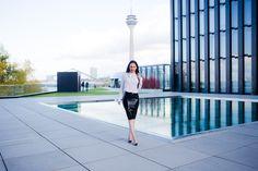 Es darf als Luxusblogger auch auffällig sein - so lange es elegant bleibt. Ein besonderer Rock von Atsuko Kudo, eine weiße Bluse, Pumps von Louboutin - gelingt es damit auch zu Marina Hoermanseder auf die Fashionweek