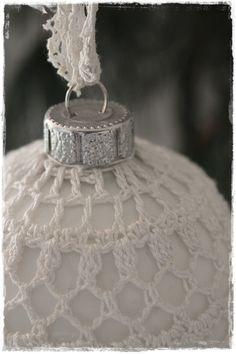 Haken om een kerstbal  <---  (...?...)  really pretty crocheted around ornament :)