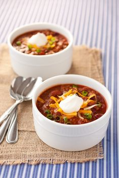Slow Cooker Chili - The flavor of the chili is amazing and the texture of the beef is so tender, basically perfect and the way the ground beef in chili should be. Six hours of slow cooking creates the best chili ever. Slow Cooker Chili, Crock Pot Slow Cooker, Crock Pot Cooking, Slow Cooker Recipes, Crockpot Recipes, Cooking Recipes, Cooking Chili, Cooking Tips, Chili Recipes