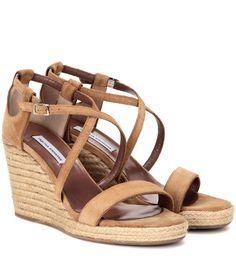 Tabitha Simmons - Sandales compensées en daim Liu - Confectionnées en daim couleur camel, ces sandales Liu signées Tabitha Simmons sont portées par un talon compensé style espadrille. Dotées de brides entrecroisées, elles sont à coordonner à vos jupes mid