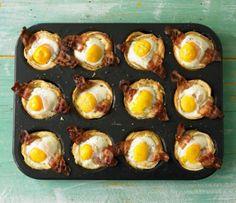 Toastmuffins für Osterbrunch. Zutaten: 1 El weiche Butter, 12 Scheiben Sandwichtoast, 12 Scheiben Bacon, 12 Eier, Prise Salz und Pfeffer. Toast mit Roller flach rollen, dann mit Ausstecher Scheiben ausstechen. Diese in die Form legen. Gebackenen Bacon aufs Toast legen, Ei drüber geben, Salz & Pfeffer und ca 20 min im vorgeheizten Ofen bei 200 gr backen. Noch mehr Oster Rezepte gibt es auf www.Spaaz.de