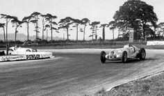 Manfred Von Brauchitsch in front of Rudolf Caracciola Vintage Racing, Vintage Cars, Vintage Auto, Classic Race Cars, Daimler Benz, Derby, Racing Events, Classic Mercedes, Mercedes Benz Cars