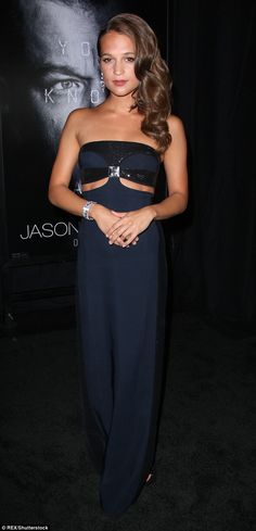Alicia Vikander steals show in stunning strapless trouser dress at Jason Bourne premiere Alicia Vikander Style, Alicia Vikander Bikini, Swedish Actresses, Jason Bourne, The Danish Girl, Dress Trousers, Ex Machina, Classy And Fabulous, Beautiful Gowns