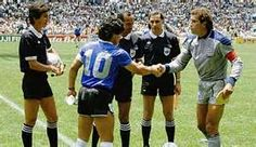Diego Maradona and Peter Shilton, Argentina vs England, World Cup 1986 ...   El arquero que sale en las fotos...