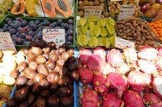Eine kulinarische Tour durch den Wiener Naschmarkt Samosas, Mcdonalds, Stuffed Mushrooms, Vegetables, Food, Different Fruits, Farmers Market, Stuffed Pasta, Macaroons