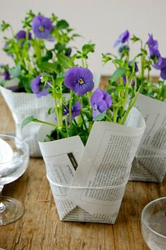 Banquet centerpieces: pot wrapped in newspaper. Must be purple, must be pansies! Decoration St Valentin, Banquet Centerpieces, Centerpiece Ideas, Potted Plant Centerpieces, Simple Centerpieces, Deco Floral, Plastic Pots, Pansies, Flower Pots