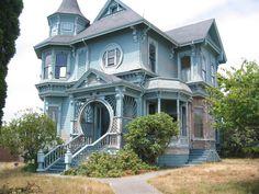 Фото синего дома в викторианском стиле с ограждением