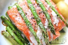 Salmon with asparagus Salmon And Asparagus, Fresh Rolls, Sushi, Favorite Recipes, Meat, Vegetables, Ethnic Recipes, Food Ideas, Drink
