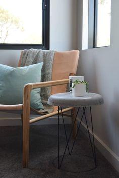 Poltrona de madeira com encosto e assento de couro, mesa lateral feita com concreto e base para vaso de jardim ou samambaia. DIY Como fazer uma mesa lateral de concreto