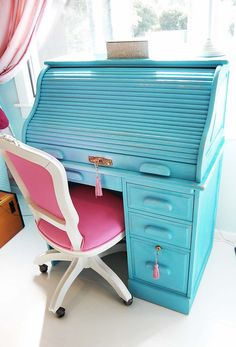 Antique to Chic – Roll Top Desk DIY need this in my life Refinished Roll Top Desk - Juvenile Hall Design Furniture Projects, Furniture Making, Office Furniture, Home Furniture, Furniture Design, Flur Design, Hall Design, Design Design, Desk Makeover