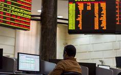 مبيعات العرب والأجانب تقلص مكاسب بورصة مصر بختام التعاملات القاهرة  مباشر: قلصت البورصة المصرية من مكاسبها الصباحية بنهاية تعاملات اليوم الأحد بضغط مبيعات العرب والأجانب. وارتفع المؤشر الرئيسي إيجي إكس 30 بنسبة 0.24% تعادل 29.35 نقطة إلى مستوى 12269.88 نقطة. وأغلق إيجي إكس 70 منخفضا بنسبة 0.02% عند مستوى 483.60 نقطة فيما تراجع إيجي إكس 100 بنسبة 0.11% عند مستوى 1162.01 نقطة. وانخفض إيجي إكس 50 متساوي الأوزان بنسبة 0.01% عند مستوى 1927.03نقطة. وبلغت قيمة التداولات 543.7 مليون جنيه عبر التداول…