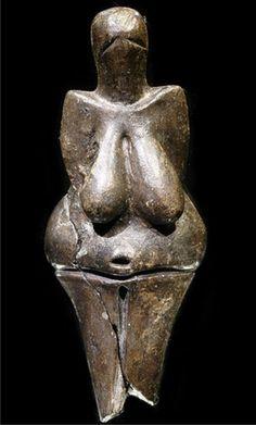 Vénus de Dolní Věstonice  Découverte en 1925 en Moravie, c'est la plus ancienne céramique (argile cuite) connue, mais c'est surtout la seule Vénus produite dans cette matière. Haute de 111 mm et large de 43 mm, elle est datée entre 29 000 et 25 000 BP. Représentée les bras joints dans le dos, ses seins sont étirés à l'extrême et son nombril fortement marqué. Un examen minutieux a révélé l'empreinte digitale d'un jeune adolescent avant cuisson.