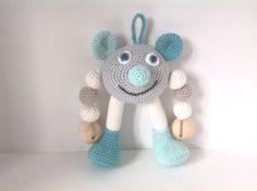 Babyrangle  i eget design  Rasleboks i hovedet, pibebold i det ene ben og knitrecellofan i det andet ben